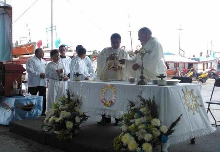 La misa en el puerto de abrigo de Yucalpetén con motivo del Día de la Marina. (SIPSE)