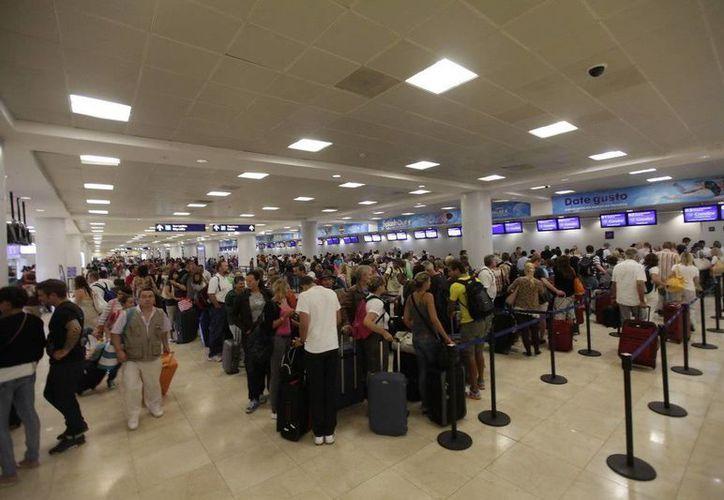 Durante el cuarto mes del año llegaron más de un millón de pasajeros en el aeropuerto. (Israel Leal/SIPSE)
