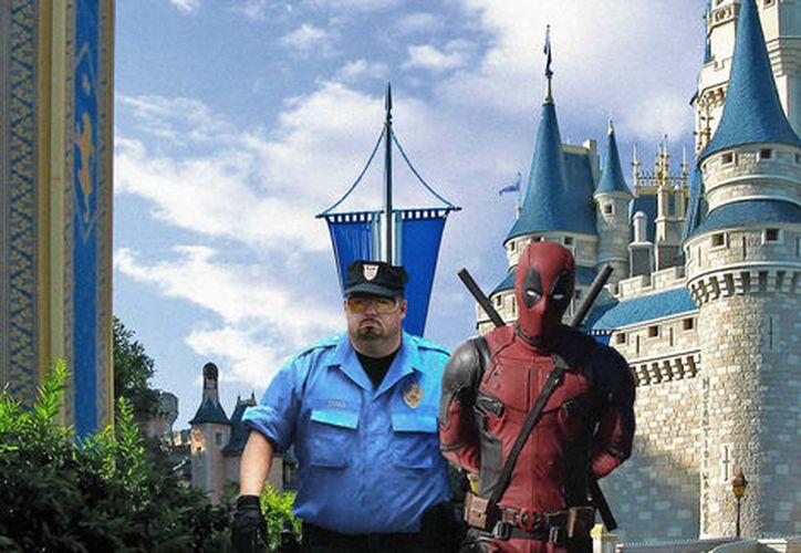 Ryan Reynolds compartió con el mundo una imagen donde Deadpool es arrestado en Disneylandia. (Foto: Milenio)
