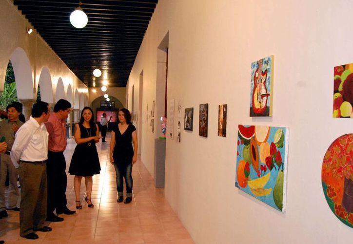 Alumnos del Conalep plantel Mérida III exponen sus trabajos en los corredores del segundo piso del museo. (SIPSE)