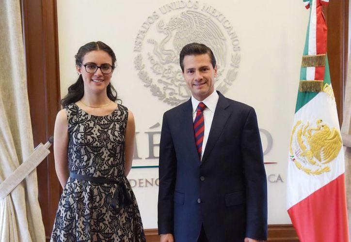 Olga Medrano Martín del Campo, ganadora de la medalla de oro en la Olimpiada Europea Femenil de Matemáticas, durante su visita al presidente Enrique Peña Nieto en la Ciudad de México. (Notimex/archivo)
