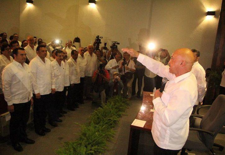 A la toma de protesta del rector José de Jesús Williams asistieron autoridades estatales y municipales. (José Acosta/SIPSE)