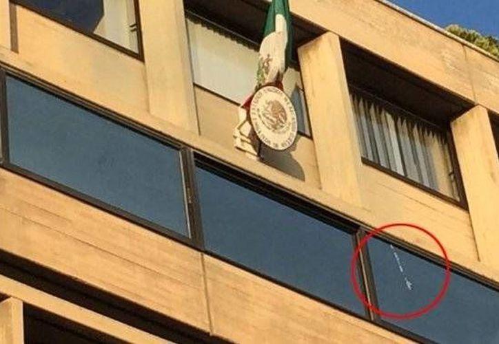 Los trabajadores de la Embajada mexicana en Grecia descubrieron las marcas de balas al llegar a las oficinas. (greekreporter.com)