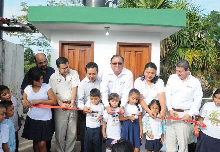 Eduardo Patrón Azueta en la entrega de las obras del jardín de niños. (Cortesía/SIPSE)