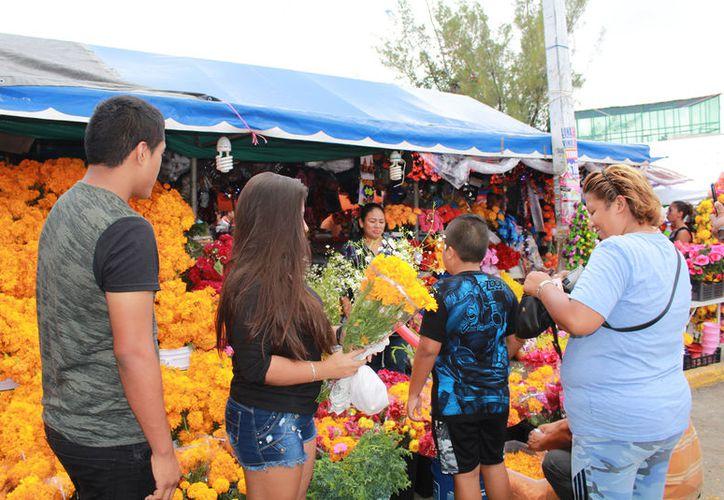 Familias enteras acudieron ayer al Mercado 23 para elegir los componentes del altar. (Foto: Ivett Ycos)