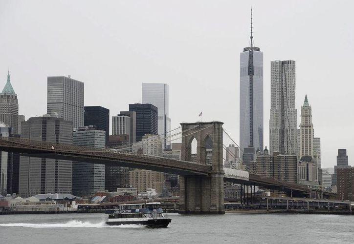 Imagen del puente de Brooklyn desde el que se ven los rascacielos de Manhattan, en Nueva York. (Archivo/EFE)