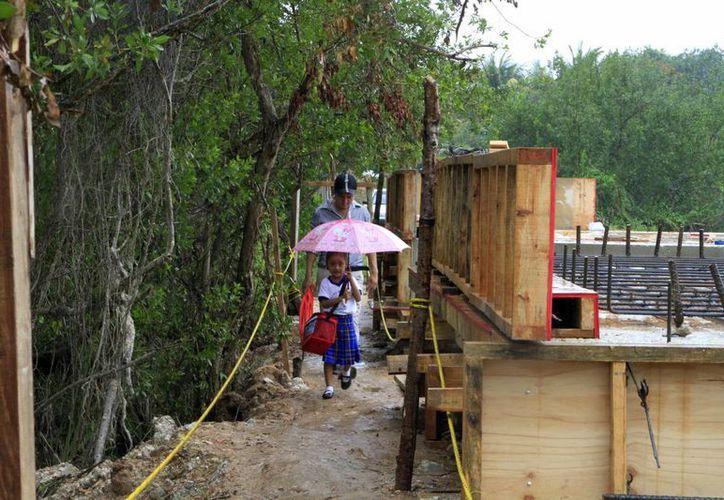 Quedó un tramo de tres metros en el que se colocaron tablas para que las familias pudieran cruzar. (Ángel Castilla/SIPSE)