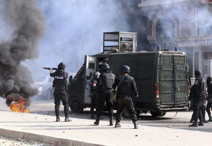 Policías antidisturbios disparan gas lacrimógeno contra manifestantes islamistas durante recientes enfrentamientos registrados en El Cairo, Egipto. (EFE)