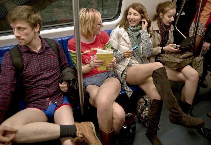 Jóvenes rumanos viajan sin pantalones en el Metro de Bucarest, el domingo 11 de enero de 2015. (Foto: AP)