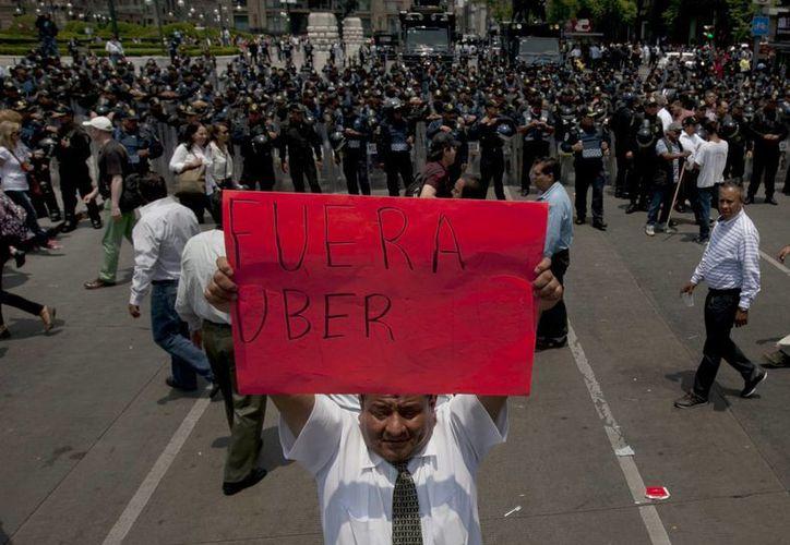 En la avenida Reforma de la capital mexicana se registró un intenso caos vial por la manifestación de los taxistas. (AP)