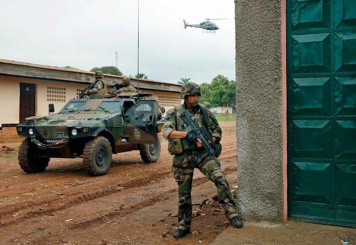 Tropas francesan ocupan posiciones en el bario de Miskine, en Bangui, en el marco de violentos y mortales enfrentamientos sectarios. (Agencias)