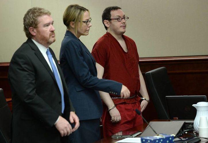 James Holmes (derecha), escucha la sentencia ditada en su contra, acompañado de sus abogados Daniel King y Katherine Spengler, el 26 de agosto de 2015, en la corte en Centennial, Colorado. EU. (Foto: RJ Sangosti/The Denver Post vía AP)