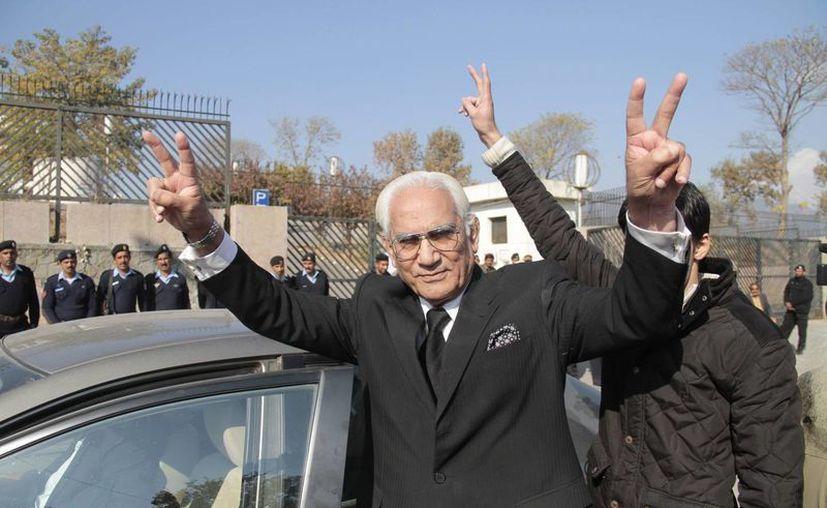 Ahmad Raza Kasuri (izq), abogado del expresidente de Pakistán, Pervez Musharraf, muestra el signo de la victoria durante la vista de un tribunal especial que juzga a Musharraf por traición en Islamabad. (EFE)