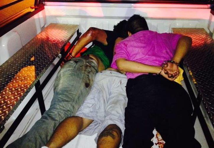 Tres de los presuntos delincuentes detenidos tras el asalto. (Adrián Barreto/SIPSE)