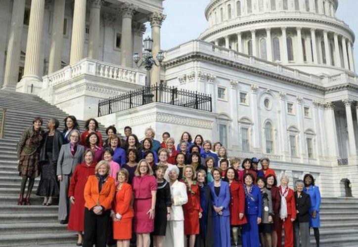 Nancy Pelosi (c), líder de la minoría demócrata en la Cámara de representantes  posa junto a otras mujeres de la Cámara en las escaleras del Capitolio. (Agencias)
