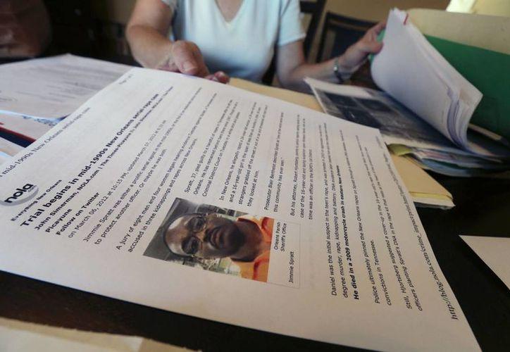Marie, quien aceptó ser identificada solo por su nombre de pila, muestra archivos relacionados con su denuncia de violación en Jefferson, Louisiana. (Agencias)