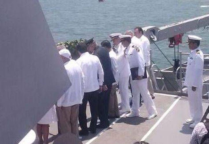 El presidente Enrique Peña Nieto arrojó al mar una ofrenda floral en memoria de los marinos caídos (Sandra Sosa/Milenio)