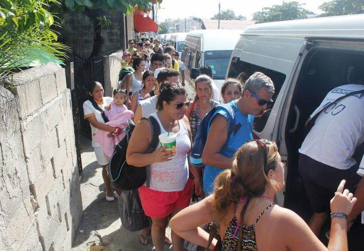 Durante los dos primeros días del año las combis que van de Playa del Carmen a Tulum han operado al 100%. (Daniel Pacheco/SIPSE)