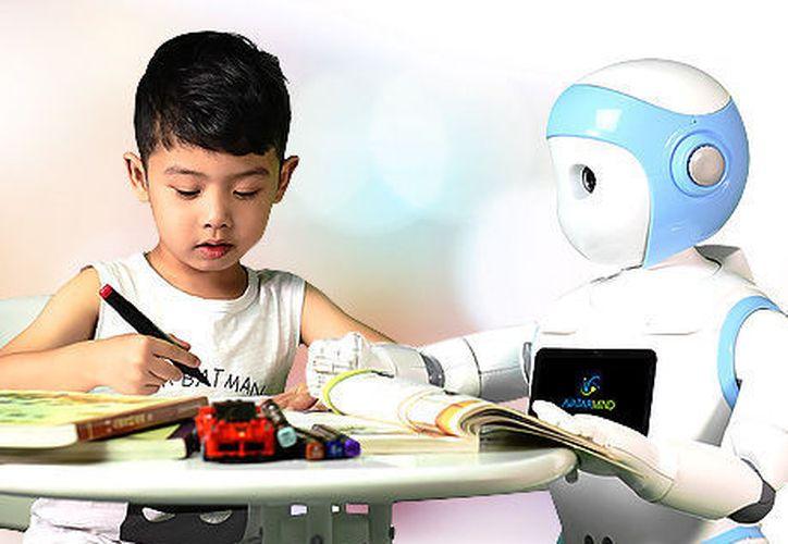 El robot 'iPal' tiene la estatura de un niño de cinco años, se desplaza sobre ruedas y cuenta con tableta integrada. (MVSnoticias)