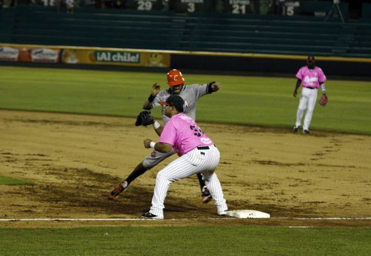 El vaquero Iván Araujo regresa a la inicial, tras un revire del pítcher melenudo Jesús A. Rodríguez al inicialista Fernando Valenzuela Jr. (SIPSE)