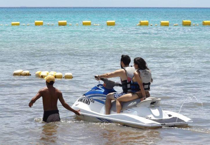 Durante esta temporada baja los prestadores de servicios acuáticos trabajan al 50%. (Daniel Pacheco/SIPSE)