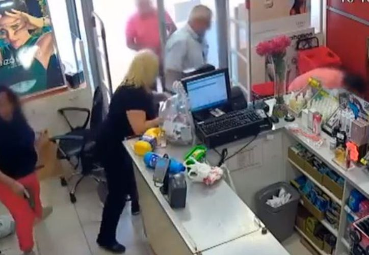 Los clientes terminan por tirar al ladrón al suelo y amarrarlo en lo que llega la policía. (Foto: Captura)