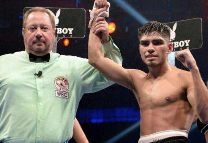 Luego del tirunfo, Pedro Guevara recibió la visita al ring de Ganigan López, quien aceptó el reto por el campeonato de la CMB.(CMB)