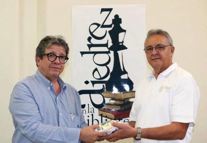 Miguel Zumárraga (der.) y Alberto Arellano, directivos de la Uady durante la presentación del programa 'Ajedrez en la Uady' . (Milenio Novedades)