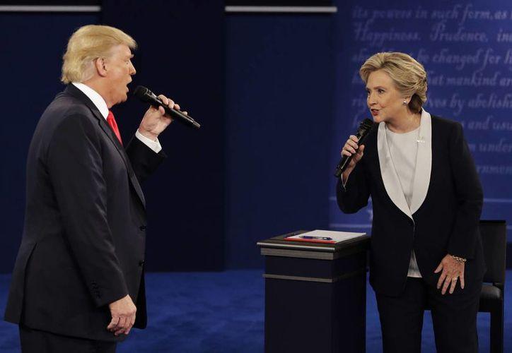 Donald Trump y Hillary Clinton durante el su segundo debate presidencial, en la Universidad de Washington, en St. Louis. (Saul Loeb/Pool vía AP)