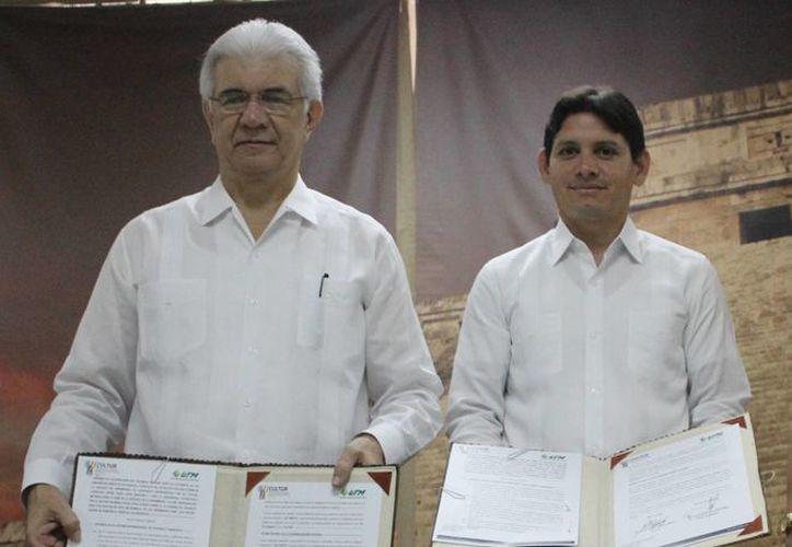 El rector de la UTM, David Alpizar Carrillo, junto con el titular de Cultur, Dafne López Martínez. (Cortesía)