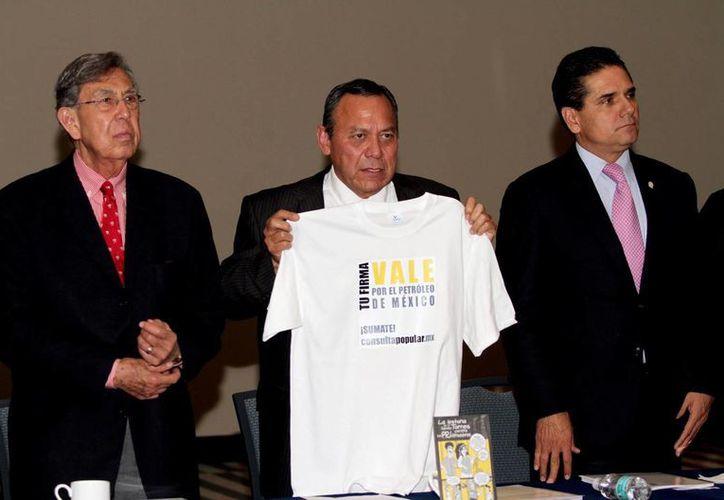 El presidente de la Cámara de Diputados, Silvano Aureoles, recibió de Jesús Zambrano y Cuauhtémoc Cárdenas los paquetes de firmas de los ciudadanos que están a favor de una consulta energética.  (Archivo/Notimex)
