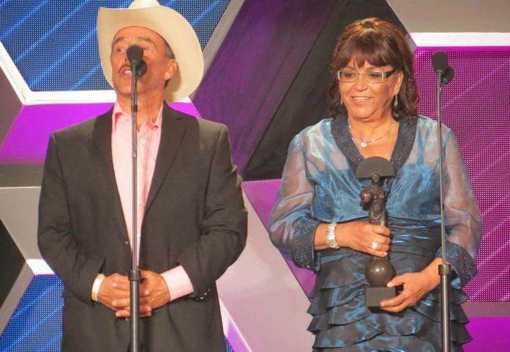 El premio de la fallecida cantante Jenni Rivera lo recibieron sus padres. (Carlos Cajero/SIPSE)