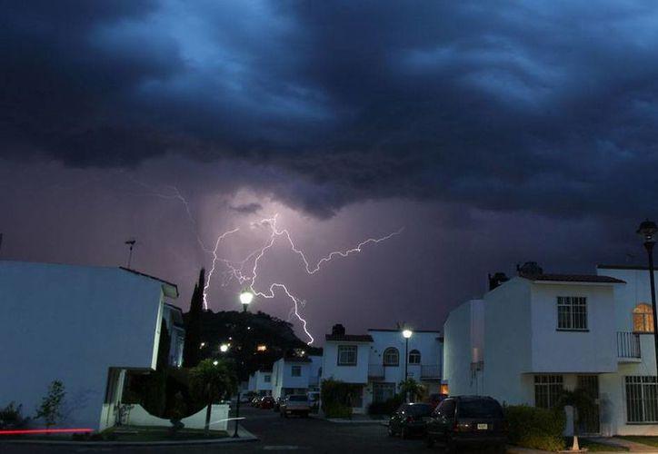Algunos dirá que es cuestión de mala suerte, pero México ocupa el primer lugar en el mundo en muertes por rayos, así que el panorama es, sin duda, gris como las tormentas. La imagen es de contexto. (Archivo/NTX)