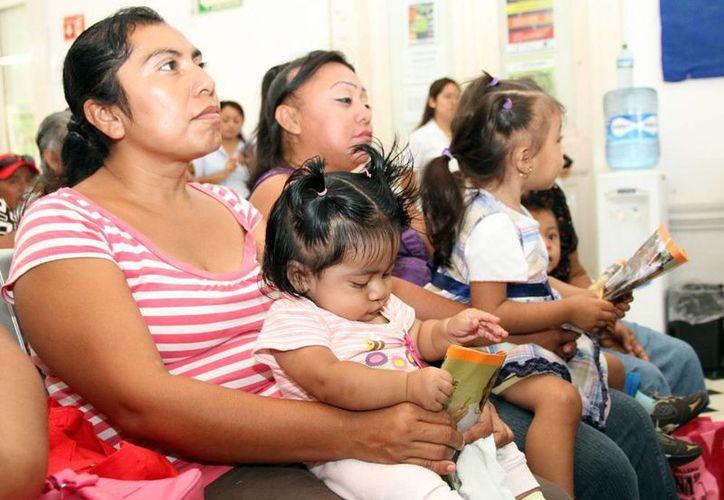 El público atento a la plática 'Métodos anti-fecundativos'. (SIPSE)