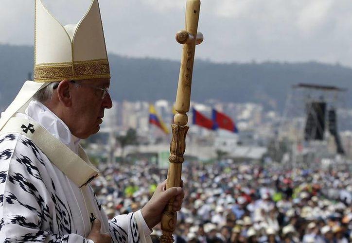 Imagen del Papa Francisco que avanza hacia la celebración de una misa campal en el parque Bicentenario de Quito, Ecuador, este martes 7 de julio de 2015. (AP Photo/Gregorio Borgia)