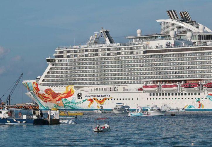 El Norwegian Getaway es crucero más nuevo de la naviera Norwegian Cruise Line y tiene capacidad para 3 mil 969 pasajeros. (Gustavo Villegas/SIPSE)