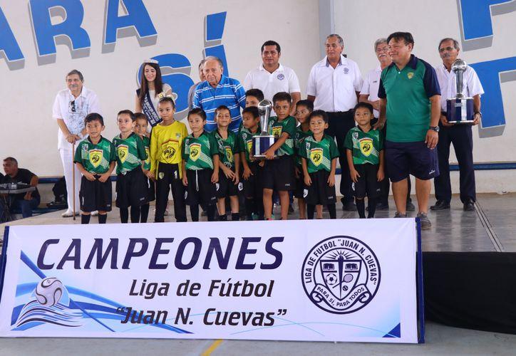 Los equipos ganadores se tomaron la foto con su trofeo de campeón. (Foto :Jorge Acosta/Novedades Yucatán)