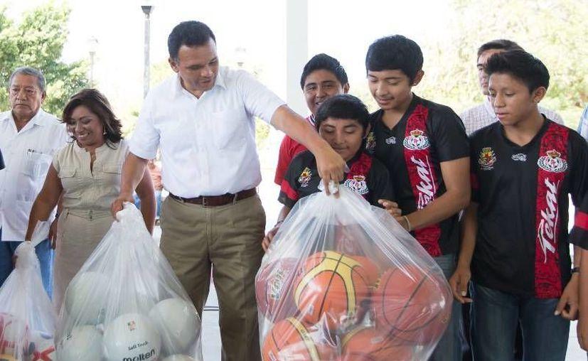 El Gobernador inauguró una cancha de usos múltiples en Tekat, comisaría de Mocochá, y entregó material deportivo a los equipos de la población. (Cortesía)