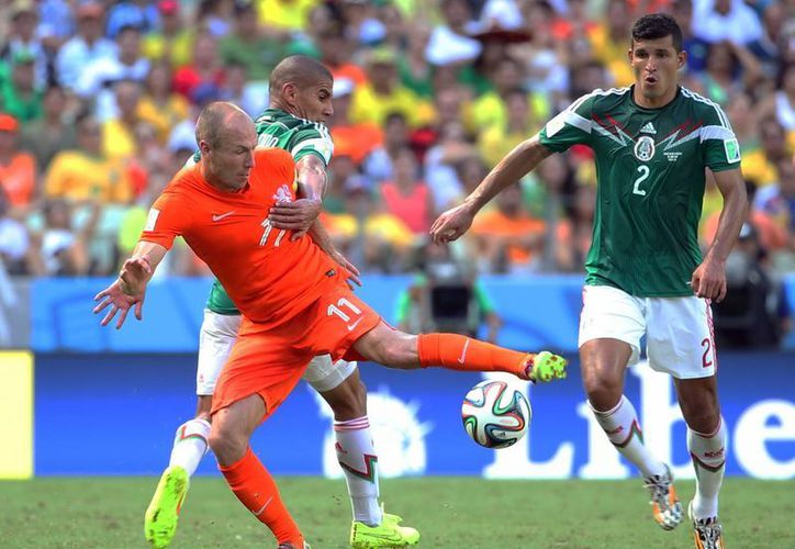 Robben (centro) hizo muy poco contra México en el Mundial, pero al final una caída suya fue marcada como penal, lo que le dio el triunfo a Holanda. (Notimex/Foto de archivo)