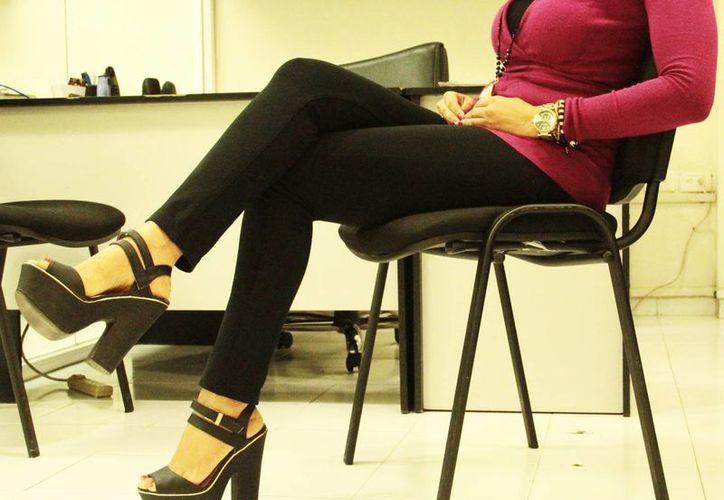 Médico del Issste aseguró que es importante dejar el mal hábito de cruzar las piernas para favorecer la circulación y evitar, incluso, posibles trombos. Imagen de una empleada con las piernas cruzadas. (SIPSE)
