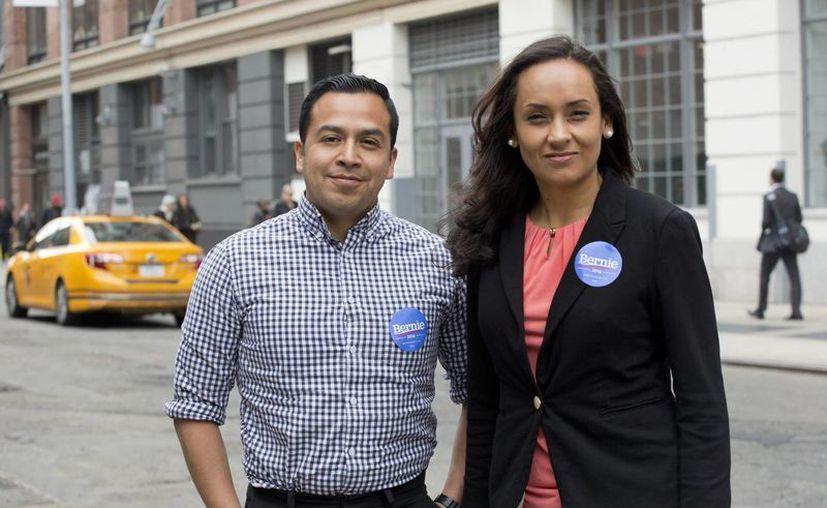 César Vargas y Erika Andiola, quienes trabajan para la campaña presidencial de Bernie Sanders, posan en Nueva York. (Agencias)