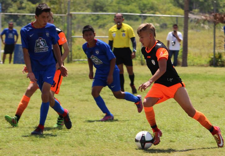 Los chicos de negro y naranja sudaron en serio 'la gota gorda' para dejar derrotar a Cedes Mihuatlán de Oaxaca, en la categoría 99-2001. (Ángel Villegas/SIPSE)