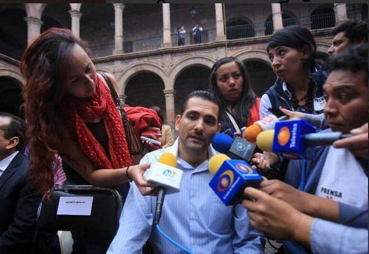 El priista Uriel Chávez Mendoza, alcalde de Apatzingán, durante una entrevista con los medios de comunicación. (Twitter/@XimeAmanita)