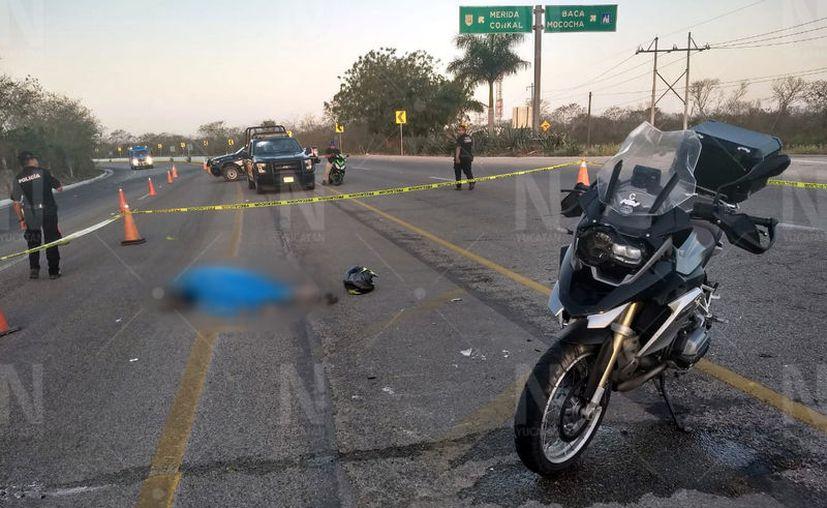 El guiador de la moto quedó tendido a unos 20 metros del sitio del accidente. (Novedades Yucatán)