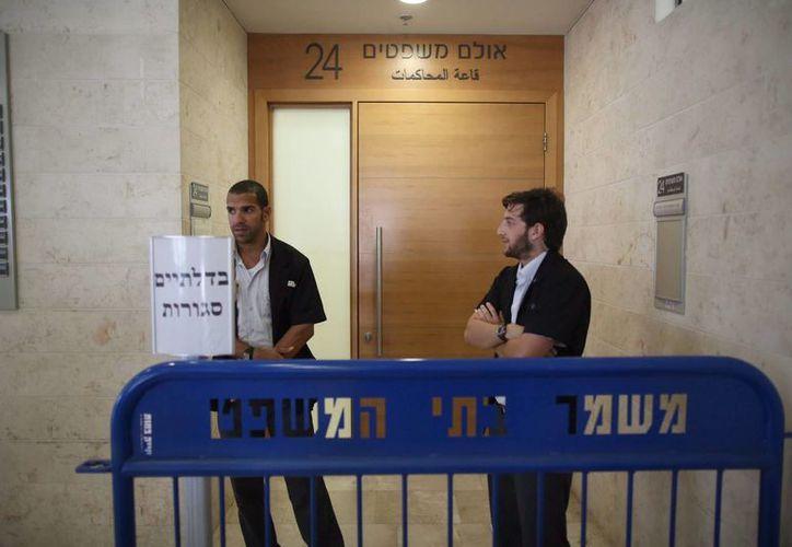 Guardias de seguridad de pie a la entrada del Juzgado de Instrucción en Petah Tikva, al que han sido trasladados los detenidos relación con el asesinato de un adolescente palestino secuestrado en Jerusalén. (EFE)