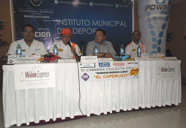 """En la rueda de prensa estuvo el presidente del club """"Cape"""", Raúl Trueva Góngora, acompañado del director del Instituto Municipal del Deporte, Jesús Aguilar  Aguilar. (Milenio Novedades)"""