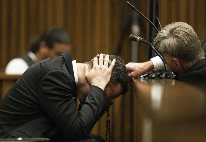 Pistorius durante el juicio que enfrenta en Sudáfrica por la muerte de su novia Reeva Steenkamp, a quien mató a balazos. (Agencias)