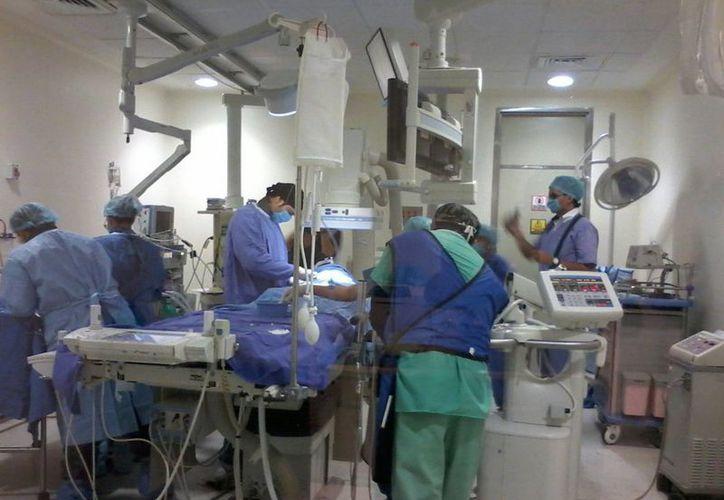 Imagen de la intervención quirúrgica a una de las niñas en el Hospital Regional de Alta Especialidad de la Península de Yucatán. (Coral Díaz/SIPSE)