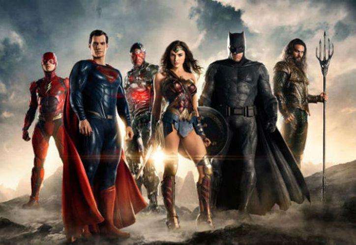 El calendario ofrece una nueva mirada a las características poses de cada superhéroe de DC. (Foto: Excélsior)