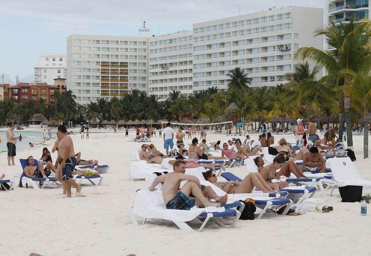 Las playas de los hoteles estaban llenas de huéspedes. (Jesús Tijerina/SIPSE)